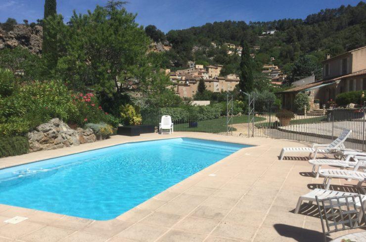 Maison 3 chambres, à pieds du village, piscine, garage, dépendance